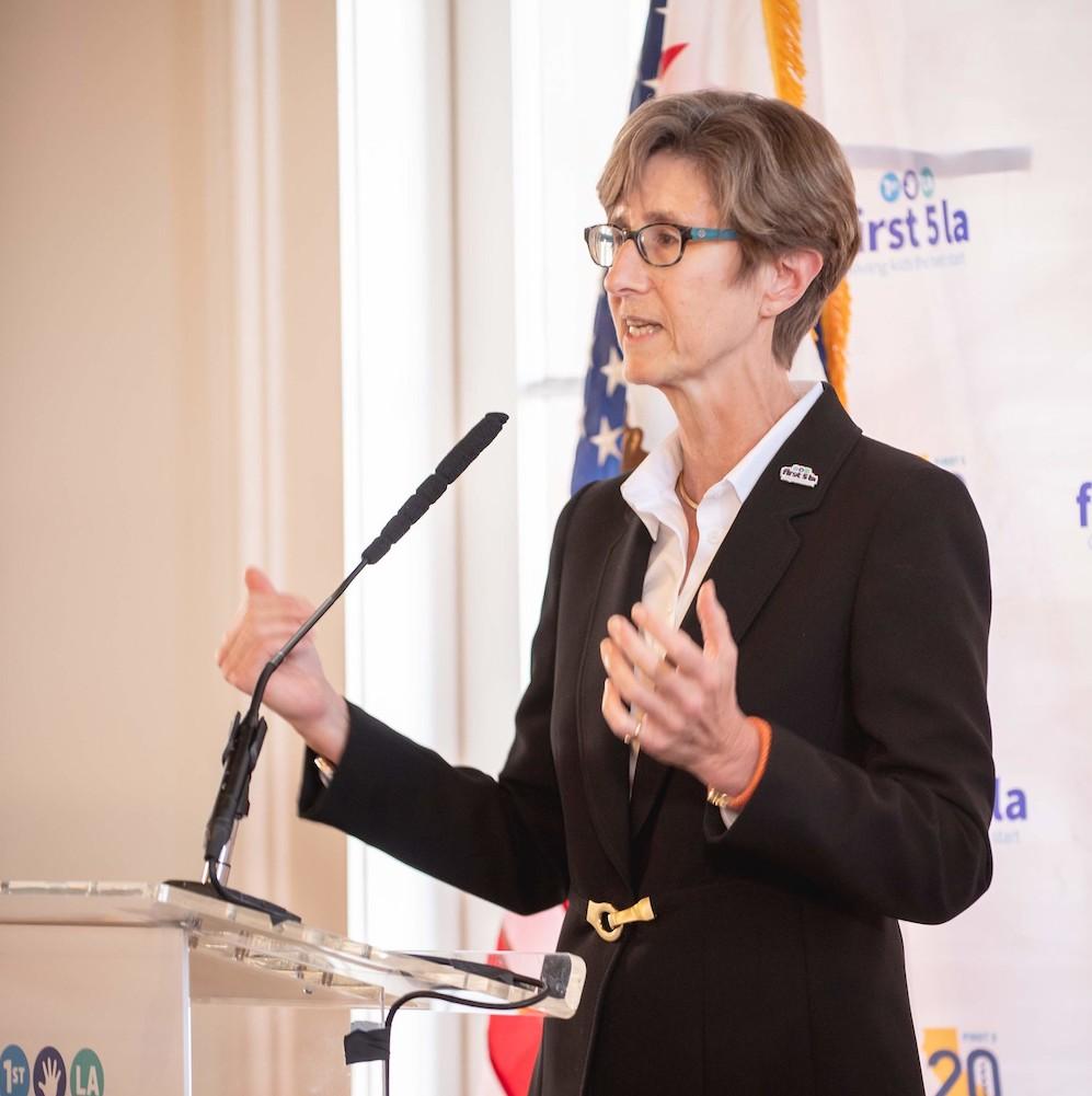 La directora ejecutiva de First 5 LA, Kim Belshé, se une a los defensores de la primera infancia en fuerte oposición al fallo de carga pública