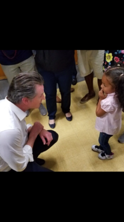 """总督Newsom从政策和人员选择的一开始就""""拥抱""""孩子们"""